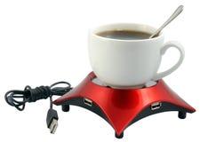 Taza y dispositivo del USB para calentar en un blanco. imágenes de archivo libres de regalías