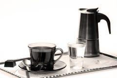 Taza y fabricante de café en la bandeja del metal Fotos de archivo