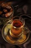 Taza y fechas árabes de té Fotos de archivo