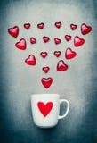 Taza y flecha roja de los corazones Símbolos del amor, día de tarjetas del día de San Valentín o concepto romántico del cumpleaño Fotos de archivo