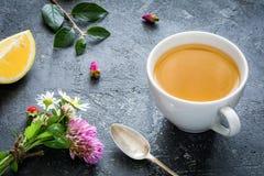 Taza y flores de té verde foto de archivo libre de regalías