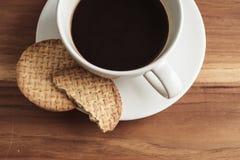 Taza y galletas de café fotografía de archivo libre de regalías