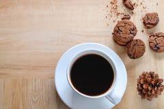 Taza y galletas de café imágenes de archivo libres de regalías