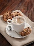 Taza y galletas de café en la tabla Foto de archivo