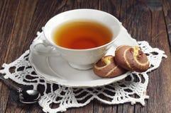 Taza y galletas de té Foto de archivo