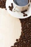 Taza y grano de café en el papel viejo Imagen de archivo