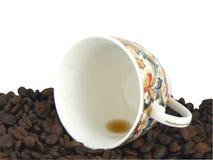 Taza y grano de café vacíos imagen de archivo libre de regalías