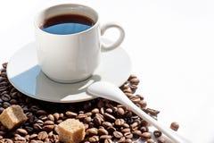 Taza y granos de café imagenes de archivo