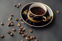 Taza y habas antiguas de café Fotos de archivo libres de regalías