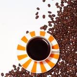 Taza y habas asoleadas de café Fotografía de archivo libre de regalías