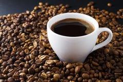 Taza y habas de café Fotografía de archivo