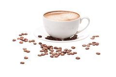Taza y habas de café en un fondo blanco Fotografía de archivo libre de regalías