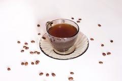 Taza y habas de café en un fondo blanco Imagen de archivo