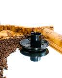 Taza y habas de café reflejadas en el espejo Fotografía de archivo libre de regalías