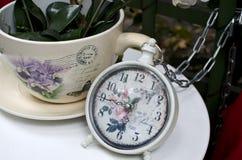 Taza y horas Fotografía de archivo