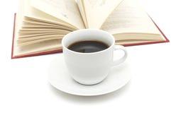 Taza y libro de café Imagenes de archivo