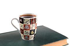 Taza y libros de café en un fondo blanco imágenes de archivo libres de regalías
