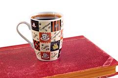 Taza y libros de café en un fondo blanco fotos de archivo libres de regalías
