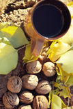 Taza y nueces en un tocón en el otoño Imagen de archivo