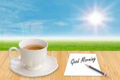 Taza y papel de café con buena mañana de la palabra Imagen de archivo libre de regalías
