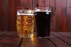 Taza y pinta de cerveza imagen de archivo libre de regalías