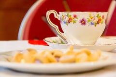 Taza y platillo bonitos de la fiesta del té Foto de archivo