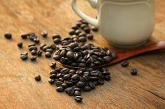 Taza y platillo de café en un vector de madera Imagen de archivo libre de regalías