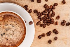 Taza y platillo de café en un vector de madera con Fotografía de archivo