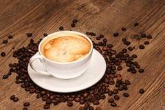 Taza y platillo de café en un vector de madera con Fotos de archivo libres de regalías