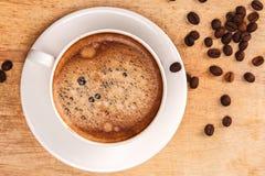Taza y platillo de café en un vector de madera con Imagen de archivo