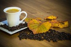 Taza y platillo de café en una tabla de madera Fotos de archivo