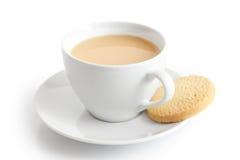 Taza y platillo de cerámica blancos con la galleta del té y de la torta dulce Es Fotografía de archivo