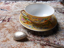 Taza y platillo de la porcelana en una tela Imagen de archivo libre de regalías