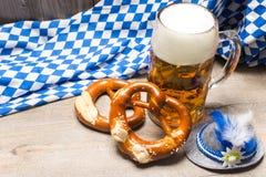 Taza y pretzeles bávaros de cerveza Foto de archivo libre de regalías