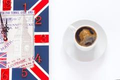 Taza y reloj de café aislados en el fondo blanco Café como símbolo de la energía de la mañana y del refresco de la alegría o de l Imágenes de archivo libres de regalías