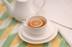 Taza y servilleta del platillo del té foto de archivo