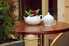 Taza y tetera blancas, tabla de madera del café del verano Fotografía de archivo libre de regalías