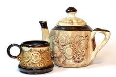 Taza y tetera de cerámica del cofee de Brown (té) Fotos de archivo
