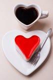 Taza y torta en forma de corazón de café Fotografía de archivo libre de regalías