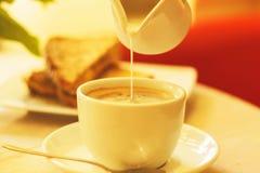 Taza y tostada de café con queso imagenes de archivo