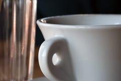 Taza y vidrio blancos en estilo lacónico fotos de archivo libres de regalías