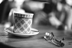 Taza y vidrios de café fotografía de archivo libre de regalías