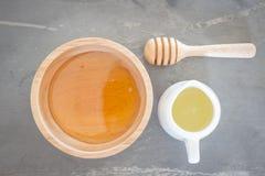 Taza y zumo de lima de oro de la miel en la visión superior Imagenes de archivo
