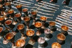 Tazas adornadas con las joyas Mercado de pulgas Vernissage Ereván, Armenia imágenes de archivo libres de regalías