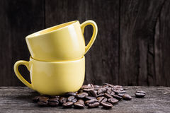2 tazas amarillas del café express Fotos de archivo