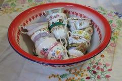 Tazas antiguas en una cacerola del vintage Foto de archivo