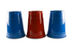 Tazas azules y rojas del partido Imagen de archivo