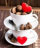 Tazas blancas con concepto del día de San Valentín del caramelo Foto de archivo libre de regalías
