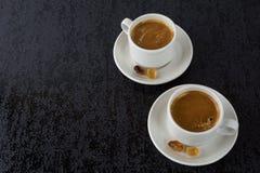 Tazas blancas de café fuerte, visión superior Imagen de archivo libre de regalías