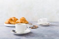 Tazas blancas de café y de cruasanes Foto de archivo
